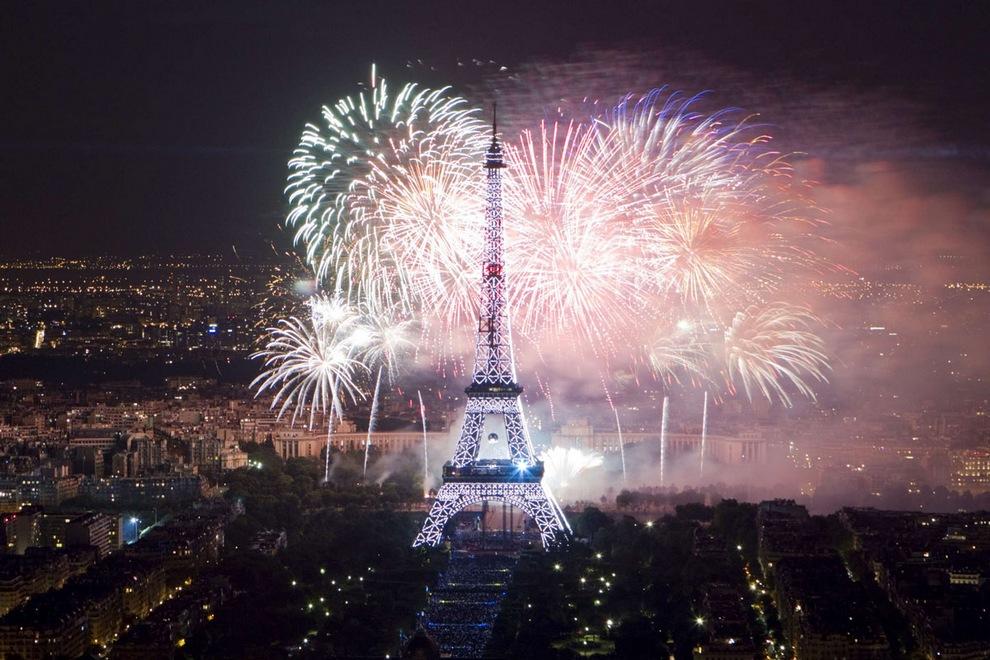 Праздничные фейерверки над Эйфелевой башней в День взятия Бастилии, Париж, Франция, 14 июля 2012 года. (Gonzalo Fuentes/Reuters)