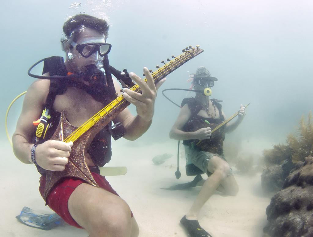 В США музыканты-виртуозы показали свое мастерство под водой — на заповедном коралловом рифе Флорида-Кис. Под силу им оказалось сыграть хиты «Битлз», Джимми Баффета и песни из мультфильмов Уолта Диснея на гитаре из морской звезды и тромбоне из рыбьих костей. Музыка транслировалась на радио через непромокаемый динамик. (REUTERS/Bill Keogh/Florida Keys)