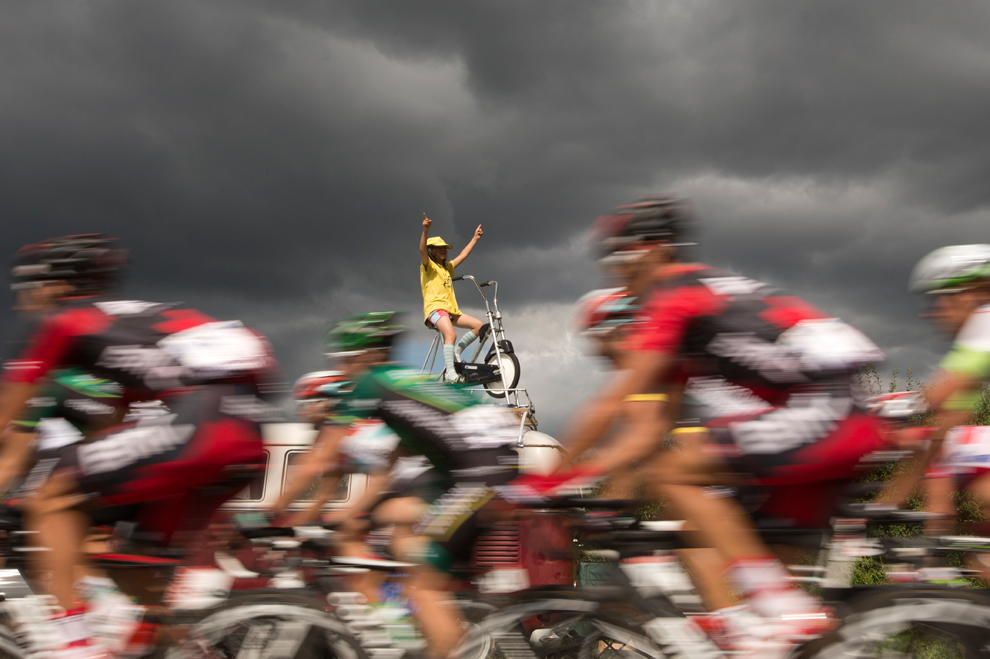Болельшица приветствует велогонщиков во время шестого этапа «Тур де Франс» на северо-востоке Франции, 6 июля 2012 года. (Joel Saget/AFP/GettyImages)