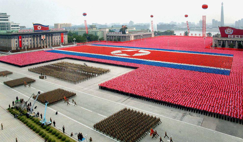 Военные отряды Северной Кореи маршируют во время празднования основания Демократической республики Корея в Пхеньяне. (AFP/Getty Images)