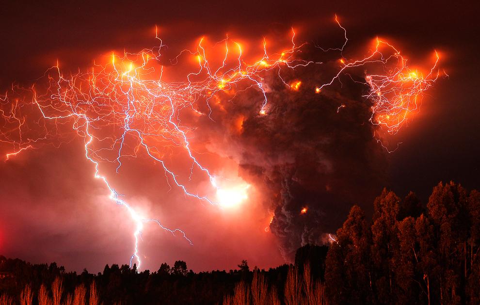 Сверкающие молнии освещают небо и извергающийся вулкан Пуйеуэ, Чили. (Francisco Negroni/ AgenciaUno/Associated Press)