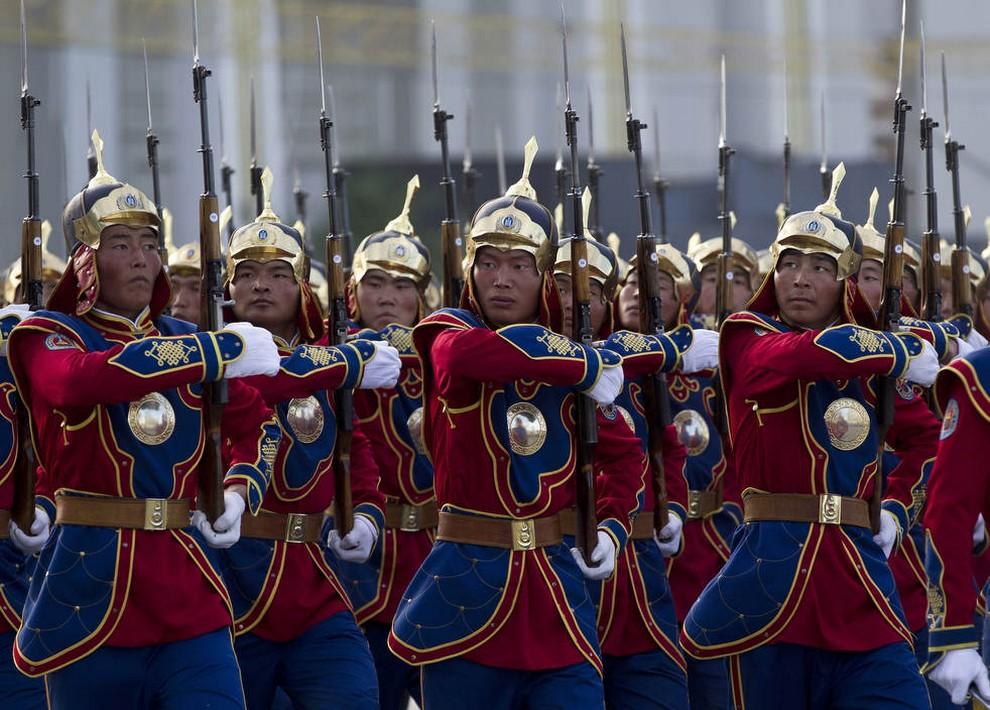 Монгольский почетный караул марширует