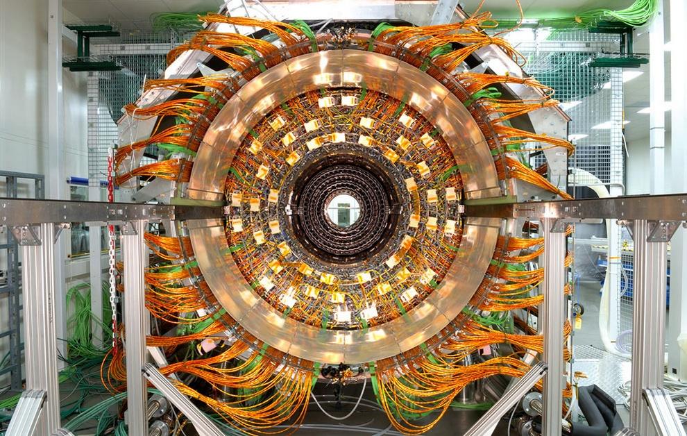 Вид на внешний цилиндр Компактного мюонного соленоида (CMS), 19 января 2007 года. CMS представляет собой универсальный детектор, который способен регистрировать многие аспекты протонных столкновений в 14 триллионов электронвольт. (Maximilien Brice/CERN)