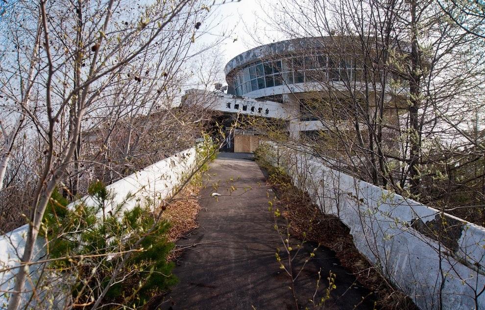 Заброшенный музей у подножия вулкана Асама. (Ralph Mirebs)