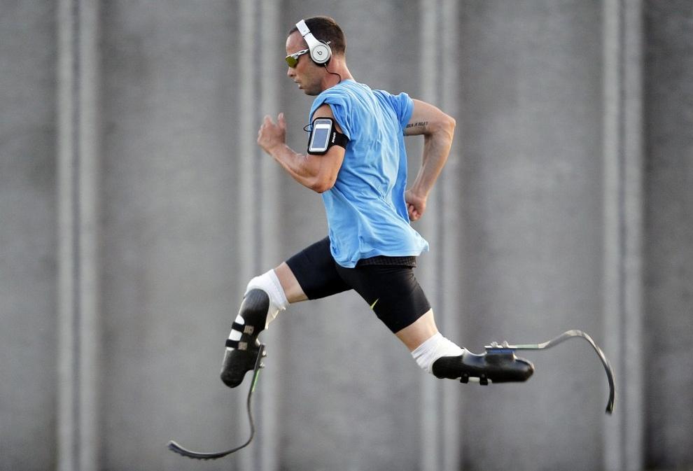 Оскар Писториус (Oscar Pistorius) из ЮАР тренируется перед 400-метровкой на 23-й Международной встрече атлетов в Линьяно-Саббьядоро, Италия. (REUTERS/Alessandro Garofalo)