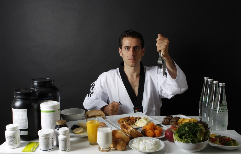 32-летний Бахри Танрикулу (Bahri Tanrikulu) — олимпийская надежда Турции, тхэквондист. Он трижды становился чемпионом мира и один раз выиграл серебренную олимпийскую медаль. Его дневной рацион составлят 3 000 ккал плюс эргогенные средства и витамины. (REUTERS/Umit Bektas)