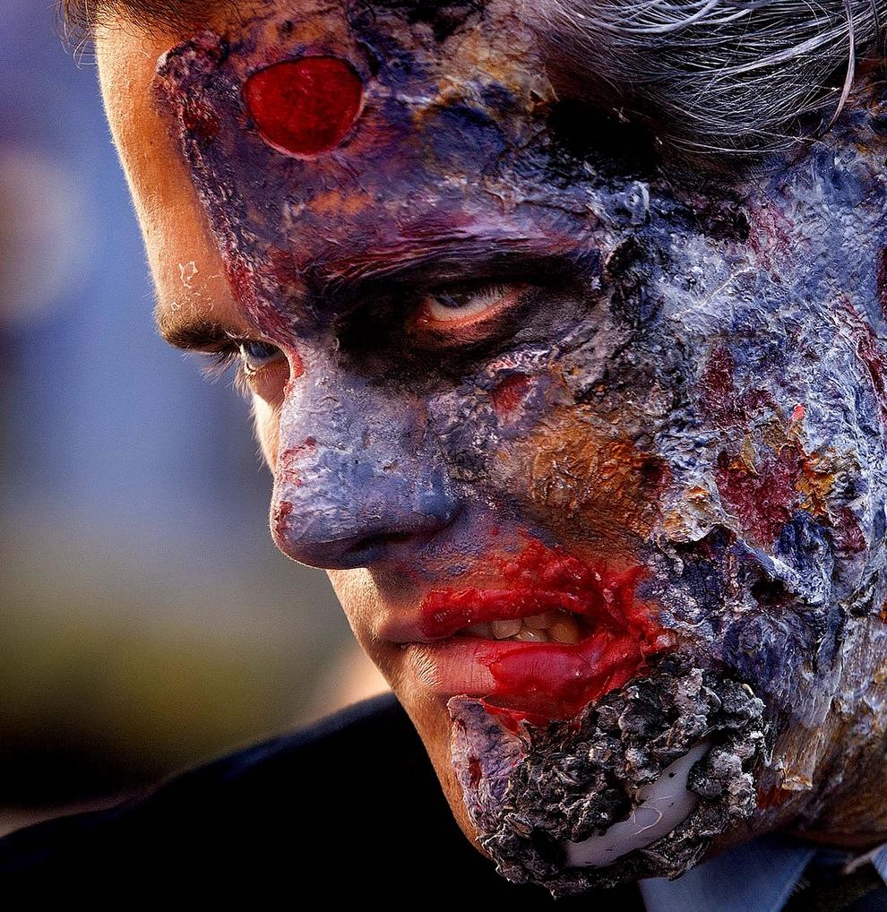 Прокат третьего фильма о Бэтмене от Кристофера Нолана привел к трагедии — в американском городе Аврора, штат Колорадо, преступник открыл стрельбу в кинотеатре, убив 13 человек и ранив 59. На фото: Человек, пришедший на премьеру фильма «Тёмный рыцарь: Возрождение легенды» в облике Двуликого, Лос-Анжелес, штат Калифорния, США. (AP Photo/Damian Dovarganes)