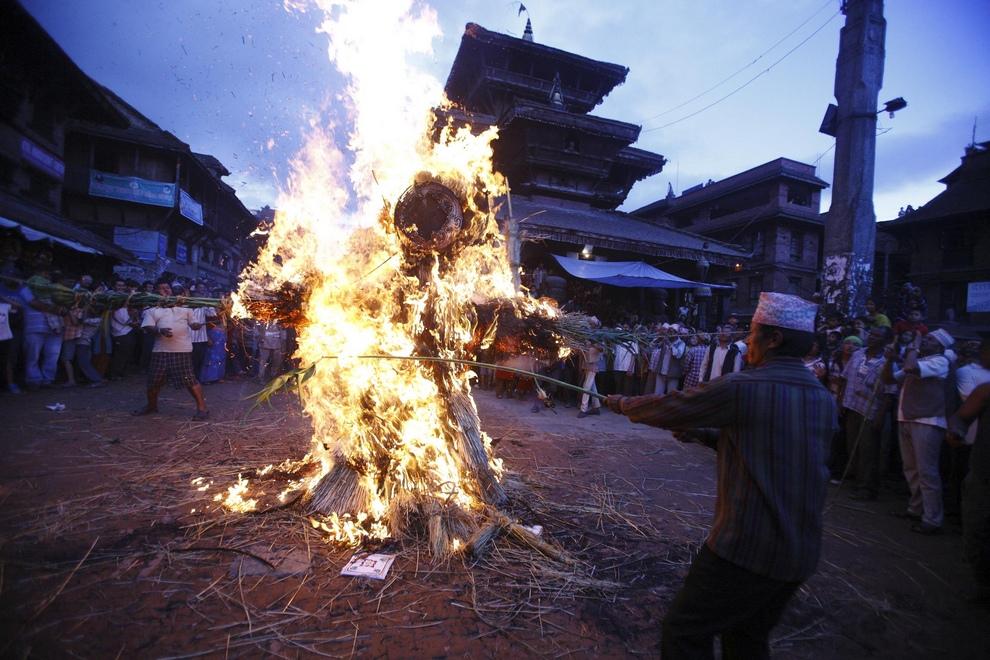 Люди поджигают чучело демона Гхантакарны во время празднования одноименного фестиваля в древнем городе Бхактапур, 17 июля 2012 года. (REUTERS/Navesh Chitrakar)
