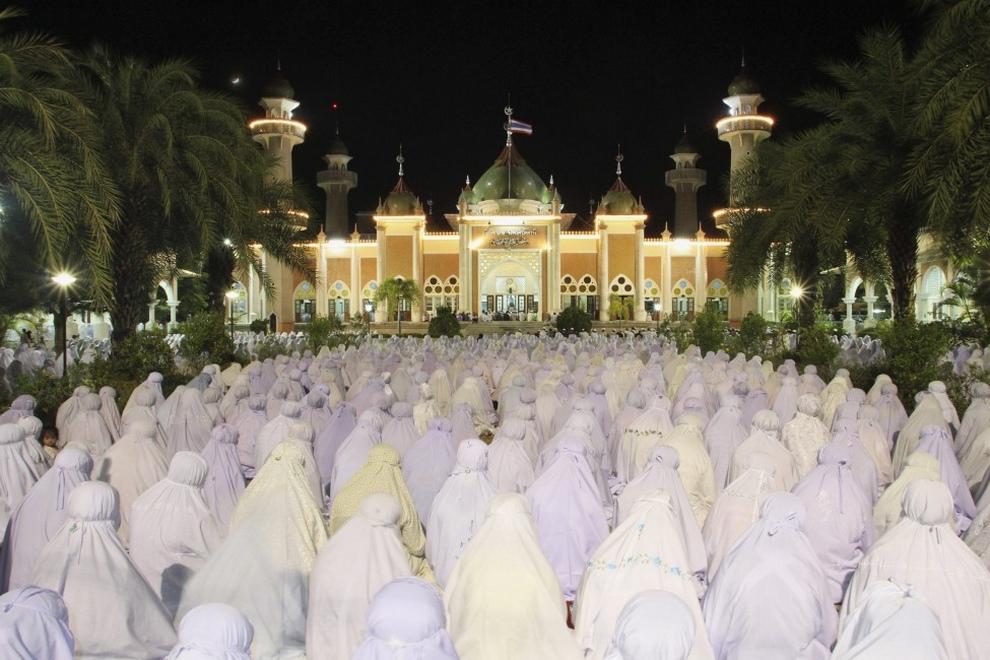 Тайские мусульманки молятся у мечети в южной провинции Паттани, Таиланд, во время священного месяца Рамадан. (REUTERS/Surapan Boonthanom)