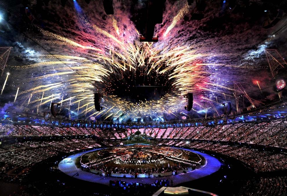 Олимпиада-2012 открылась! На фото: Фейерверк над Олимпийским стадионом в Лондоне, Англия. (Anthony Devlin/PA)
