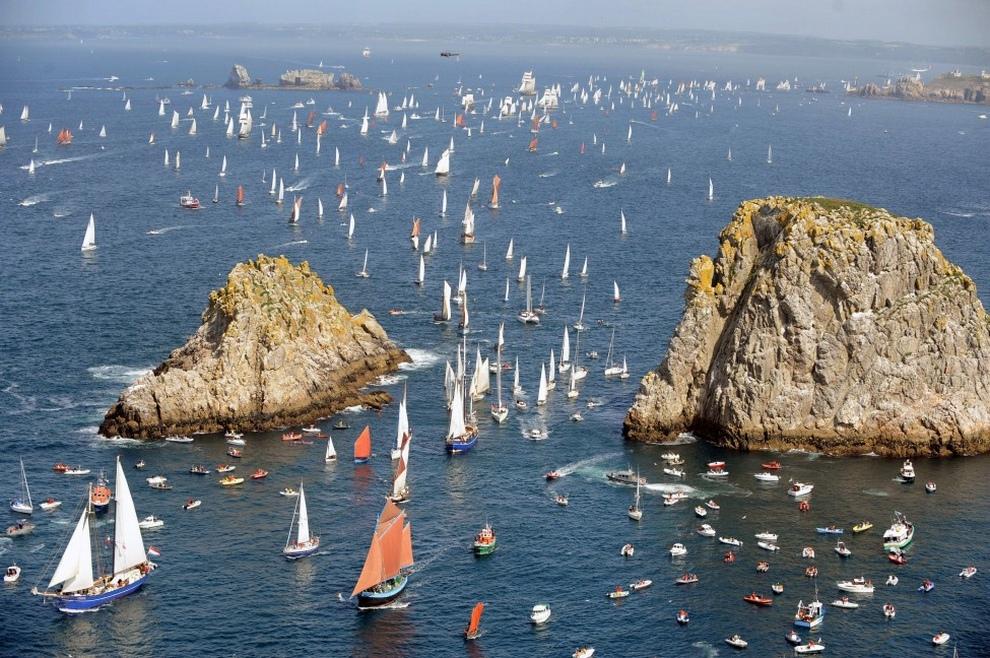 Парад парусников у бухты Крозон, Франция, в последний день морского фестиваля Tonnerres de Brest, который проводится раз в четыре года. (FRED TANNEAU/AFP/Getty Images)