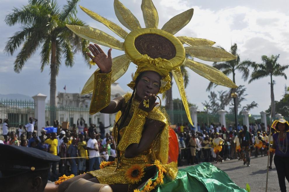 Королева ежегодного Карнавала цветов 22-летняя Кимберли Бенуа (Kimberley Benoit) машет рукой во время праздничного марша по улицам Порт-о-Пренс, столица Гаити, 29 июля 2012 года. (REUTERS/Swoan Parker)