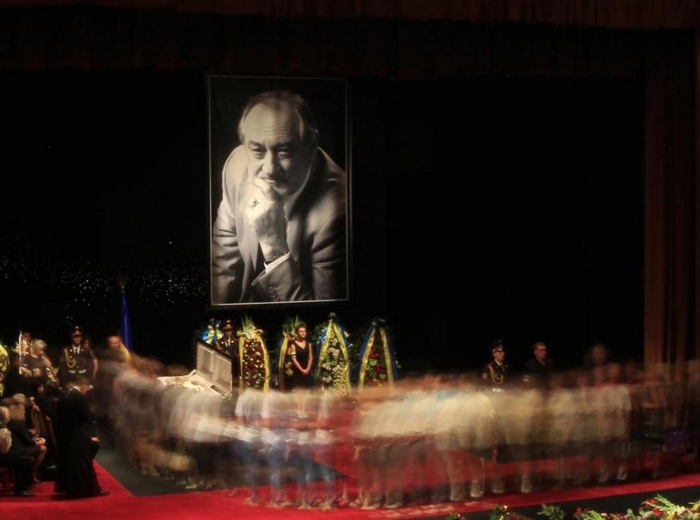 Родные и близкие друзья попрощаются с Богданом Ступкой в Национальном театре имени Франка, 24 июля 2012 года, Киев, Украина. (Anatolii Stepanov/Reuters)