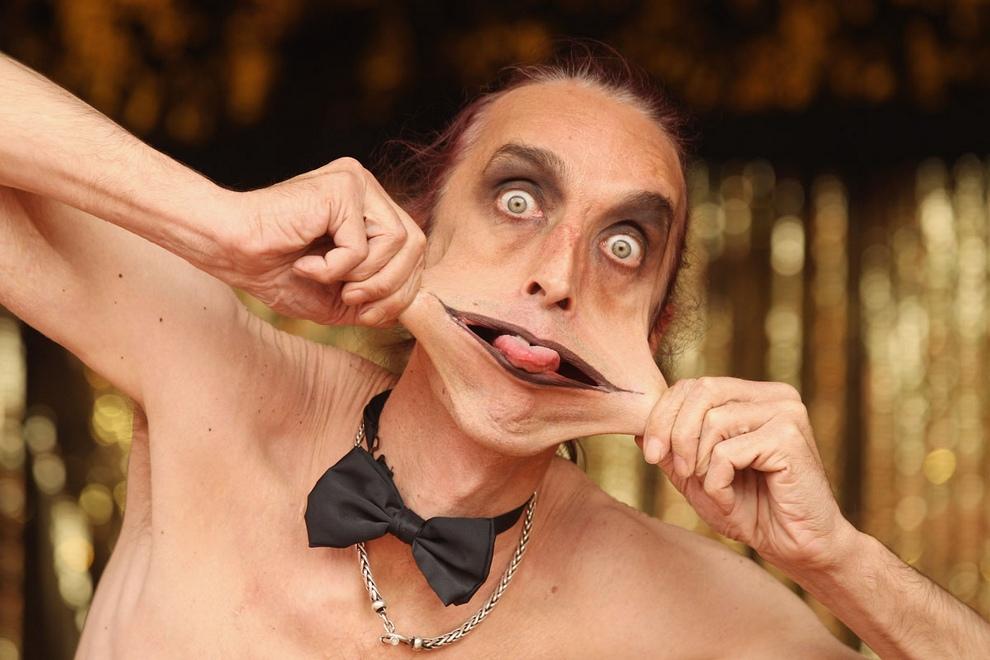 Гэри Тернер (Gary Turner) «Стрэйч» во время репетиции своего представления «Большая семья странных людей» на фестивале Priceless London Wonderground, Великобритания, 19 июля 2012 года. (Oli Scarff/Getty Images)