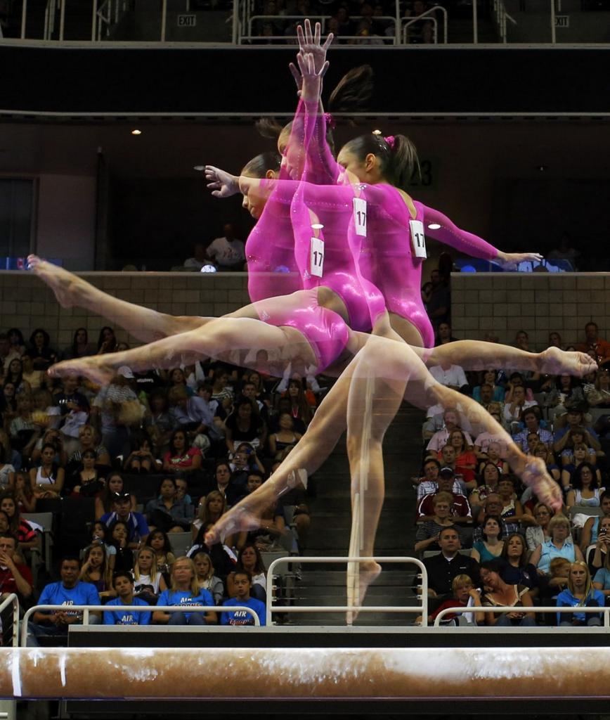 Американская гимнастка Сабрина Вега выступает на бревне во время подготовительных предолимпийских соревнований в Сан-Хосе, штат Калифорния, США, 29 июня 2012 года. (Brian Snyder/Reuters)
