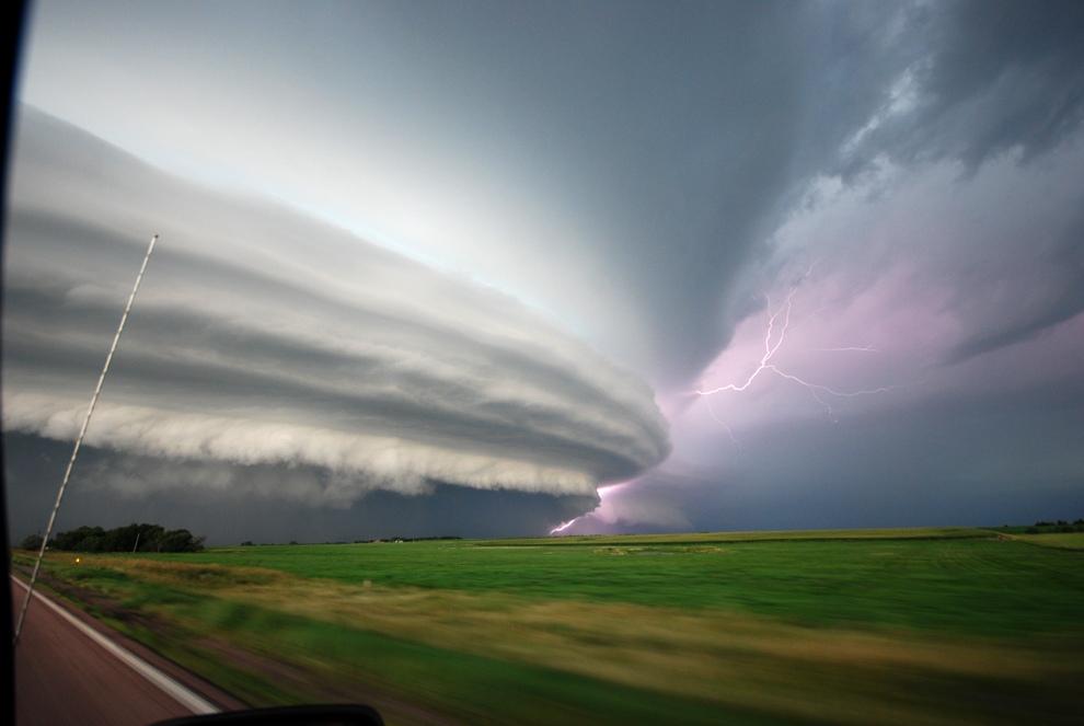 Шторм, в результате которого выпал град диаметром 20 см в Вивиане, Южная Дакота, США. (Chad Cowan)