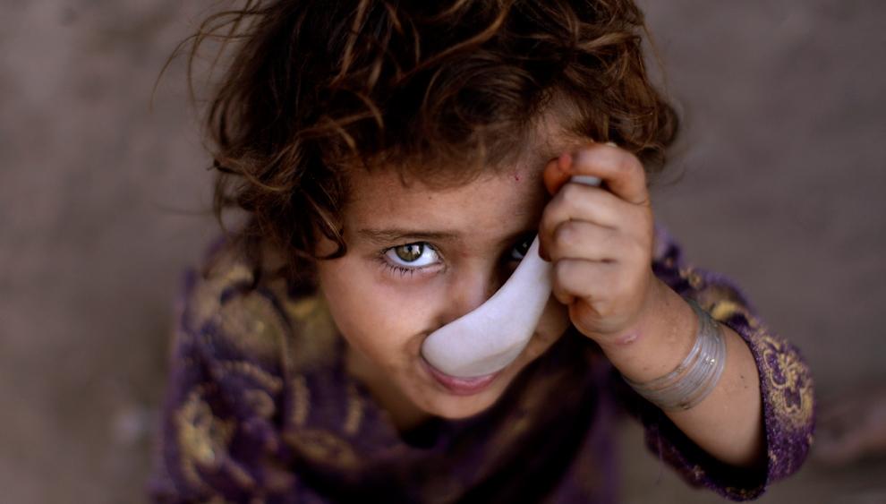 Трехлетняя пакистанская девочка за завтраком, Исламабад, Пакистан. (AP Photo/Muhammed Muheisen)