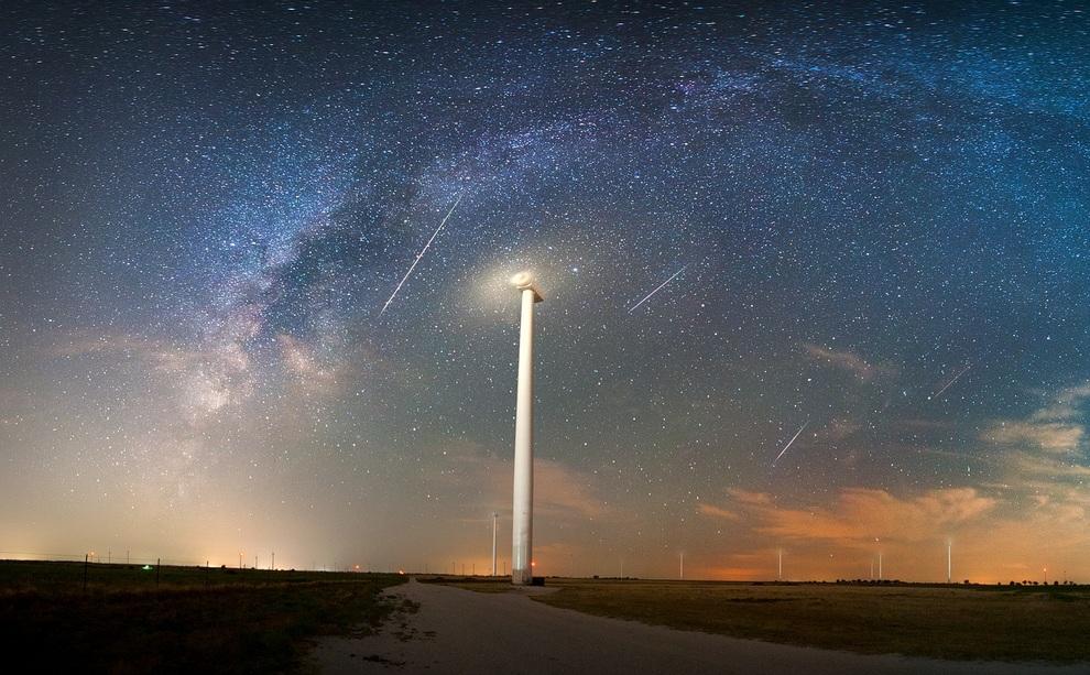 Персеиды в три часа ночи над Муенстером, штат Техас, США. (Mike Mezeul)
