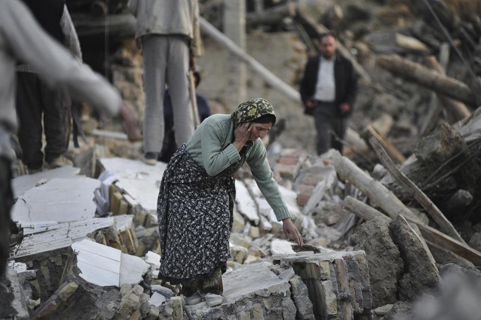 Два разрушительных землетрясения на северо-западе Ирана (11 фото)