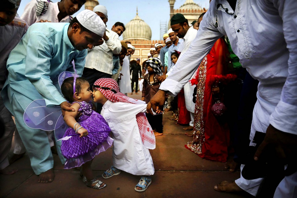 Мусульманские дети в праздничных одеждах во время окончания Рамадана у храма Джама Масджид в Нью-Дели, Индия. (AP Photo/Kevin Frayer)