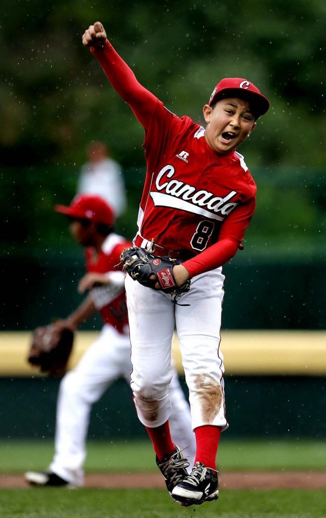 Канадский питчер/кэтчер с японскими корнями Атару Ямагучи радуется победе 13:9 над мексиканскими мальчишками. (AP Photo/Matt Slocum)