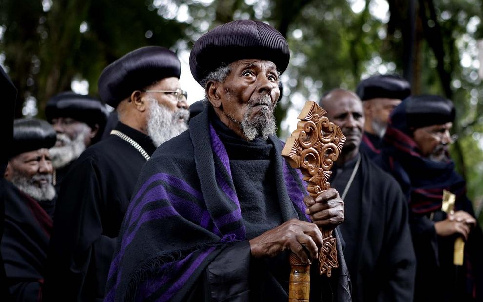 Верхушка эфиопской православной церкви (одной из древнейших на планете, между прочим) у гроба бывшего премьер-министра Мелеса Зенауи, который умер 20 августа от неизвесной болезни, Аддис-Абеба, Эфиопия. (AP Photo/Rebecca Blackwell)