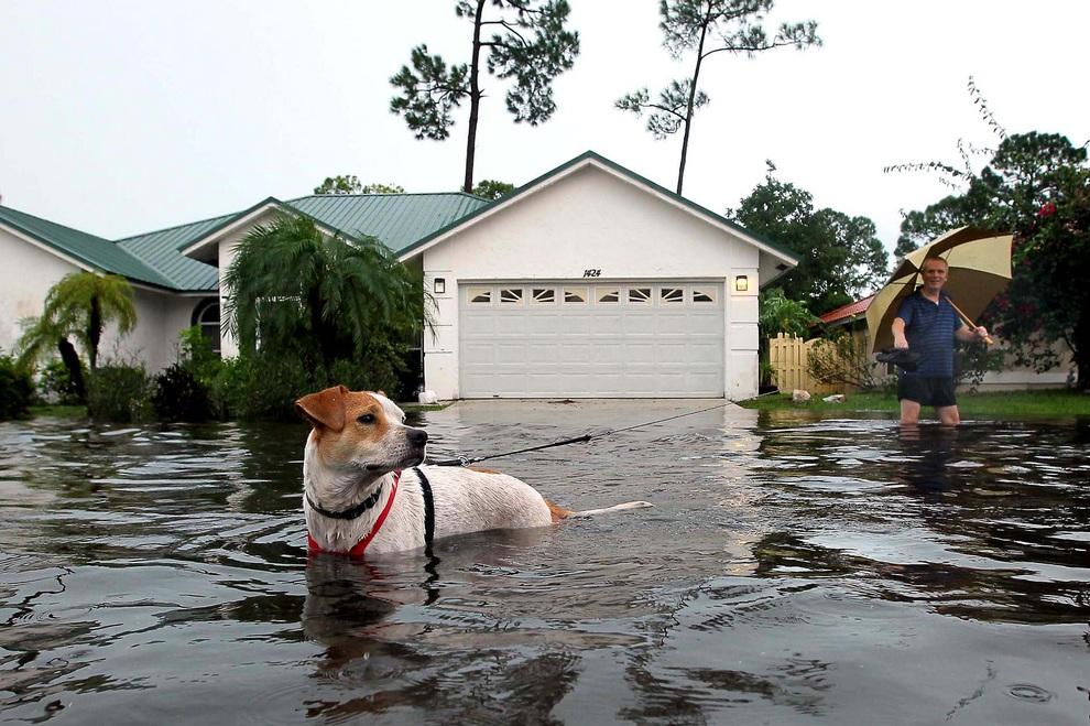 Тропический шторм «Айзек» атакует побережье Флориды (15 фото)
