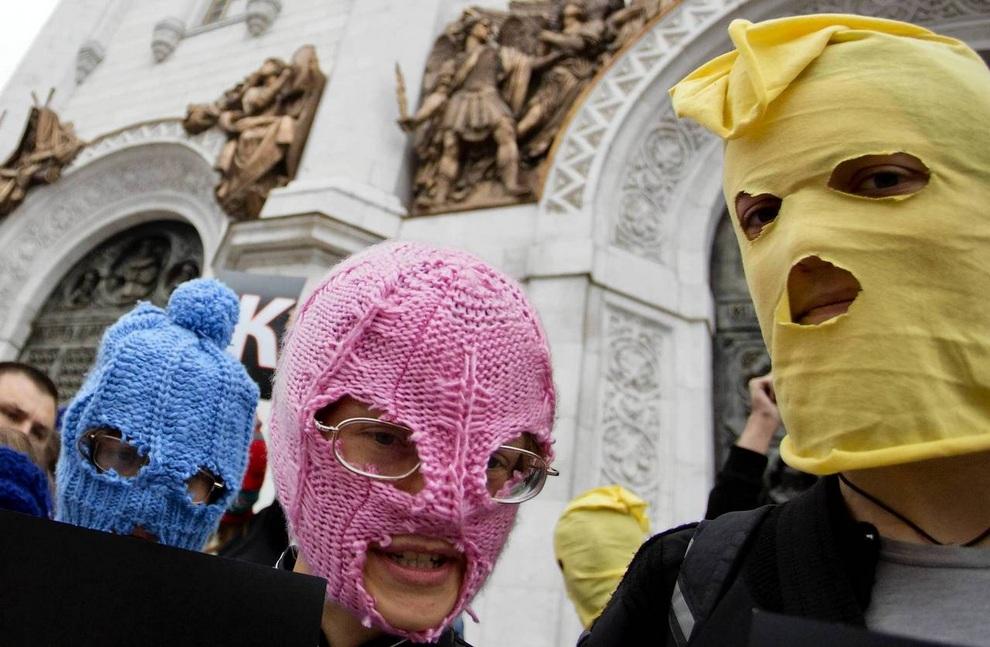 Сторонники группы Pussy Riot в разноцветных балаклавах перед храмом Христа Спасителя. Два десятка человек держали листки с буквами, что складывались в надпись «Блаженны милостивые». Спустя минуту акция была пресечена охраной, а полиция арестовала демонстрантов за несанкционированный митинг. Подобные акции прошли вчера по всему миру. (EVGENY FELDMAN/AFP/Getty Images)