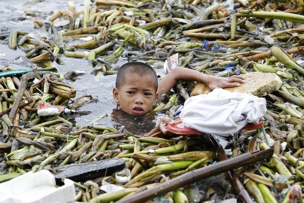 Последствия разрушительного тайфуна «Саола» (10 фото)