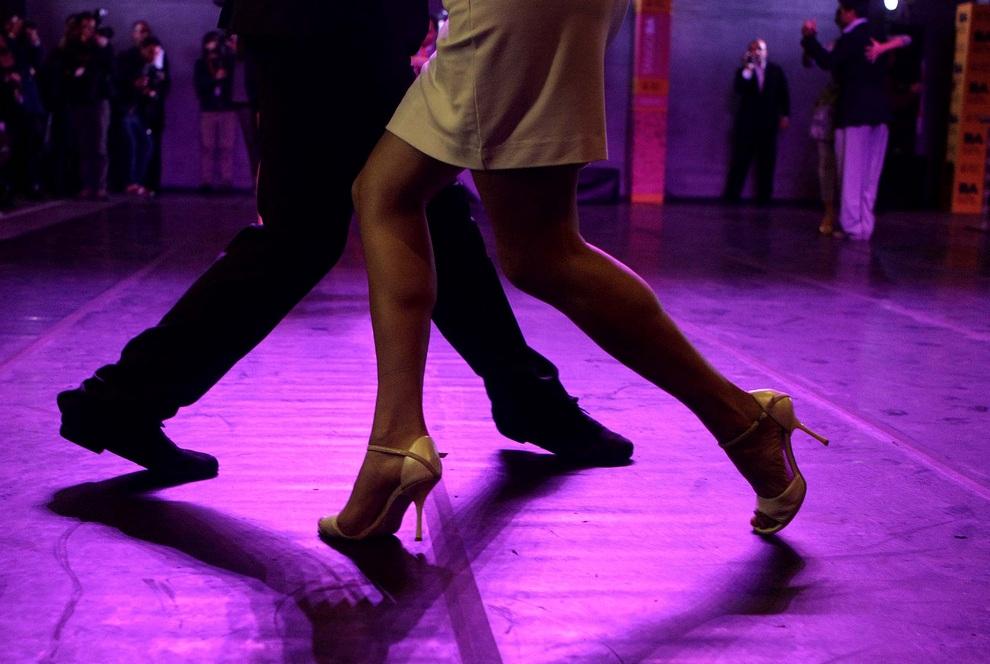 Двухнедельный фестиваль танго в Буэнос-Айресе, Аргентина. В его рамках пройдет более 500 бесплатных уроков, мастер-классов и концертов. Сотни профессиональных танцоров со всего мира будут участвовать в конкурсной программе в городе, где танец был рожден. (AP Photo/Eduardo Di Baia)