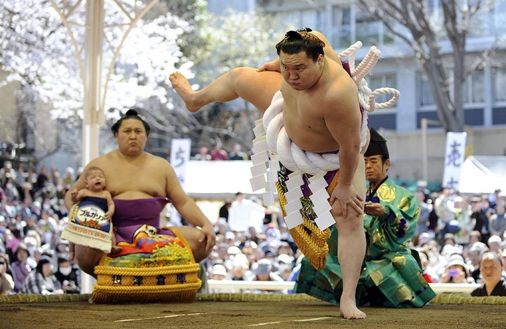 69-й ёкодзуна (что считается наивысшим достижением для сумоиста) Хакухо Сё из Монголии показывает ритуальную подготовку перед боем на турнире «Хонозумо» в Токио, Япония. (EPA/FRANCK ROBICHON)