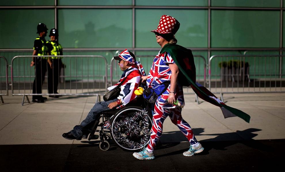Зрители направляются на Олимпийский стадион в Лондоне, Англия, где проходят Летние Паралимпийские игры 2012. До их окончания остался один день. (AP Photo/Emilio Morenatti)