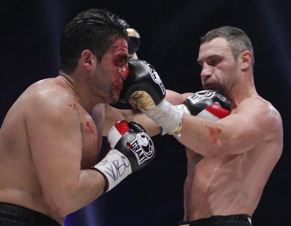 Бой за звание чемпиона мира по версии WBC. Виталий Кличко против Мануэля Чарра. (REUTERS/Maxim Shemetov)