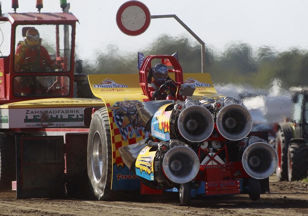 Чемпионат Европы по тракторным гонкам в Фюхторфе, Германия. (REUTERS/Ina Fassbender)