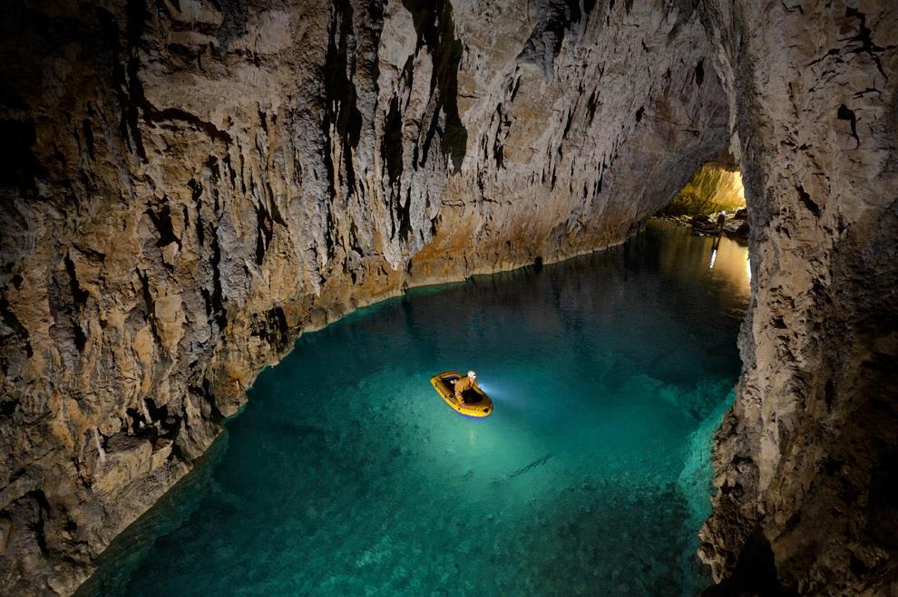 Спуск в одну из самых опасных пещер мира (10 фото)