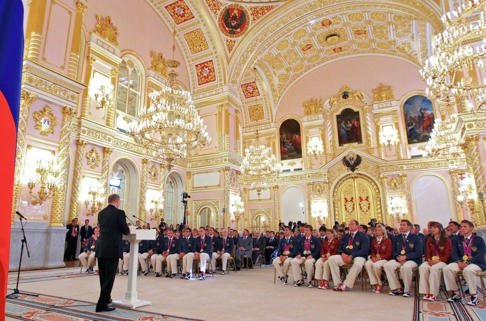 Владимир Путин произносит речь перед российскими паралимпийцами, 11 сентября 2012 года. (AP Photo/RIA-Novosti, Mikhail Klimentyev, Presidential Press Service)