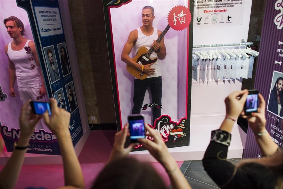 «Магазин знакомств» в Париже, Франция. (FRED DUFOUR/AFP/Getty Images)