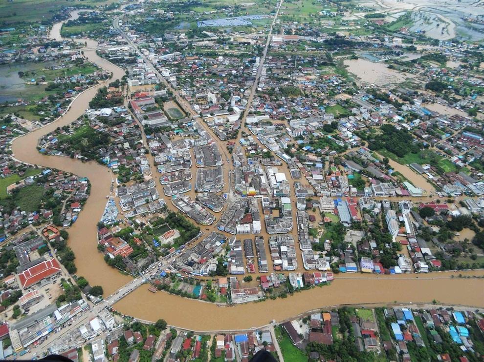 Общий вид на затопленный город в провинции Сукхотаи, Таиланд. (Daily News via REUTERS)