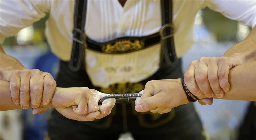 Чемпионат Германии по борьбе на пальцах. (AP Photo/Matthias Schrader)