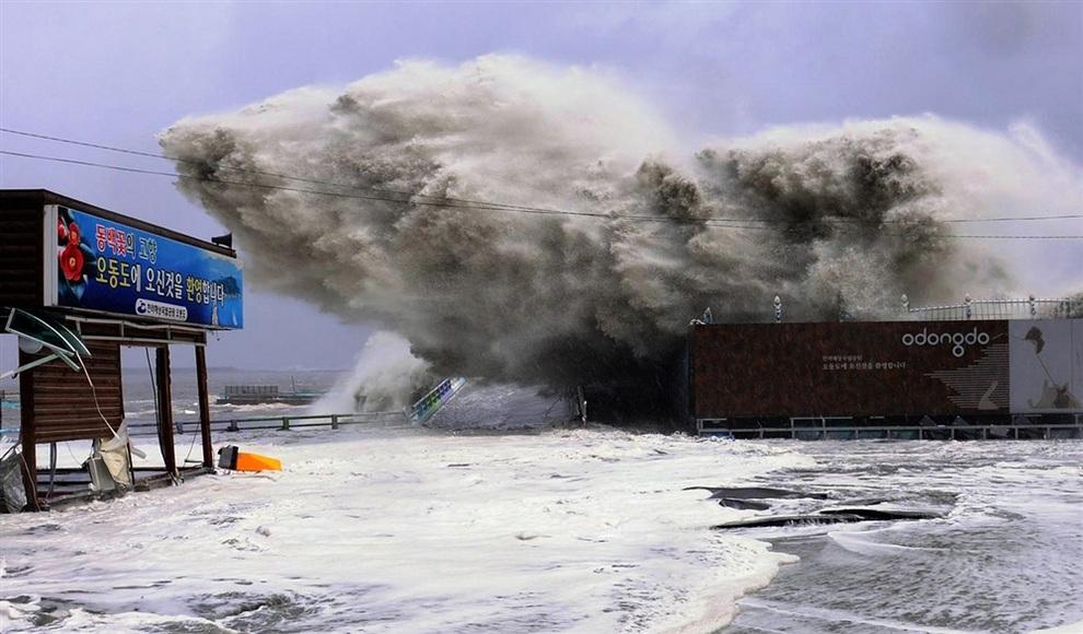 Тайфун «Санба» в Йосу, провинция Чолла-Намдо, Южная Корея. (YEOSU CITY/AFP/Getty Images)