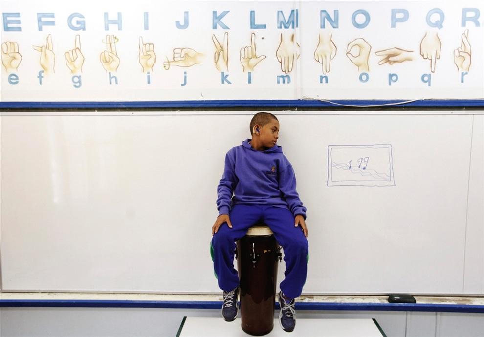11-летний глухонемой музыкант Жоау Педру душ Сантуш Тейшейра (Joao Pedro dos Santos Teixeira) из группы Music of Silence Band. (REUTERS/Nacho Doce)