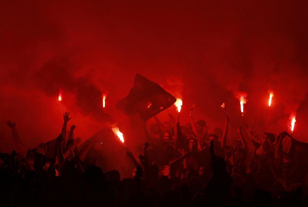 Фанаты «Фенербахче» поддерживают свою команду в матче против «Марселя» на стадионе «Шюкрю Сараджоглу», Стамбул, Турция. Вчера прошли первые матчи группового этапа Лиги Европы. (REUTERS/Murad Sezer)