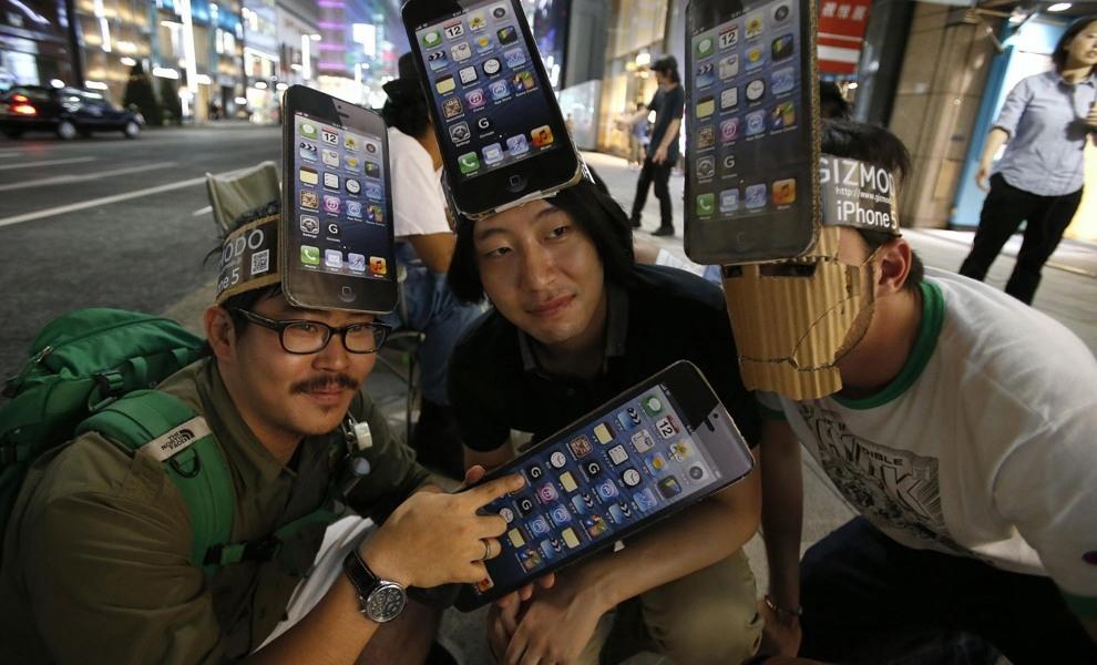 Мужчины с вечера ожидают открытия магазина чтобы приобрести iPhone 5 (REUTERS/Toru Hanai)