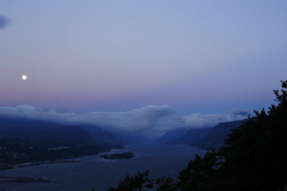 Полнолуние над рекой Колумбия, Уайт-Салмон, штат Вашингтон, США. (Bruce Ely/The Oregonian)