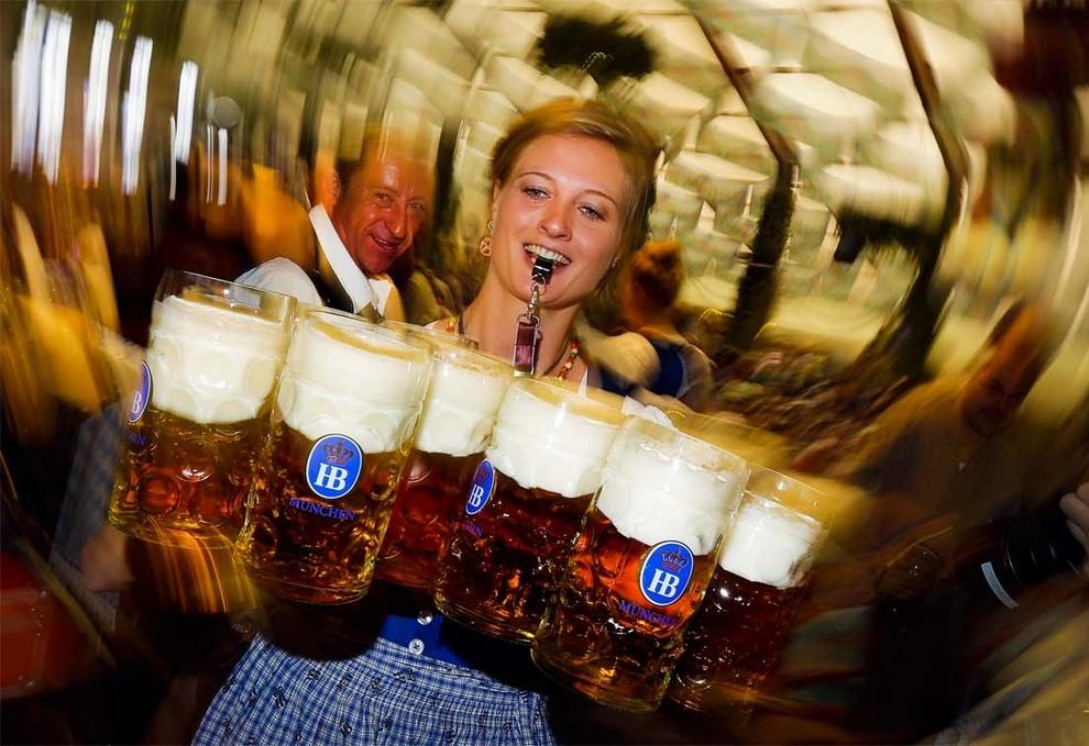 Официантка несет пиво во время начала знаменитого фестиваля «Октоберфест» в одном из пабов Мюнхена, Германия. Самый большой пивной фестиваль мира продлится до 7 октября. (AP Photo/Matthias Schrader)