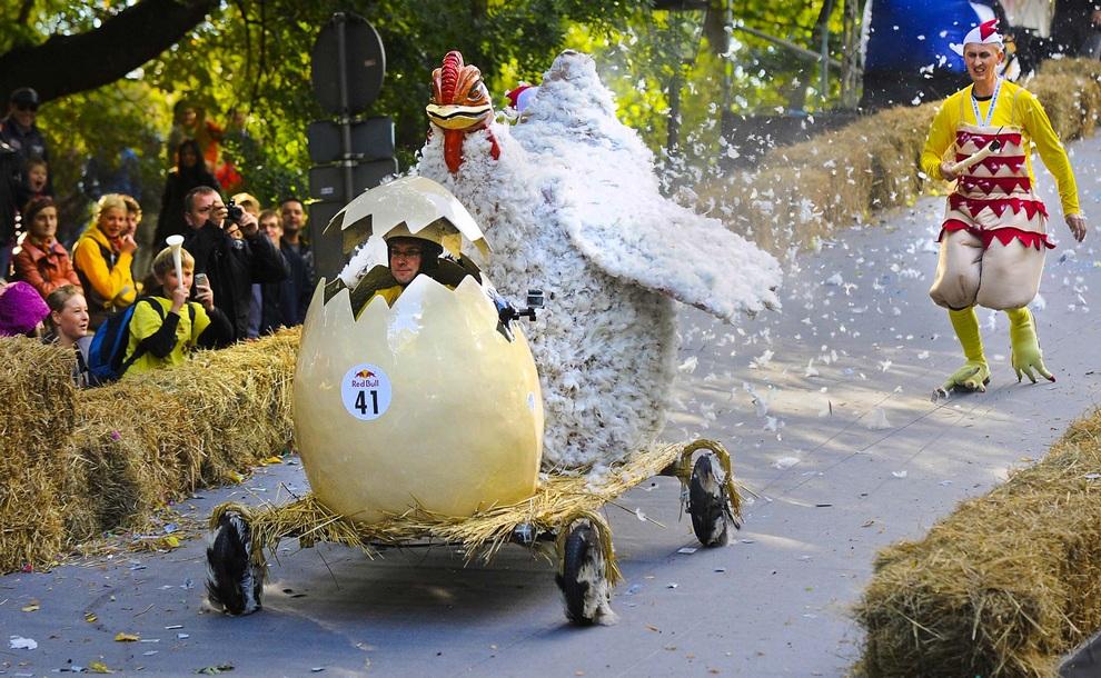 Участник гонки на самодельных безмоторных автомобилях в Варшаве, Польша. (AP Photo/Alik Keplicz)