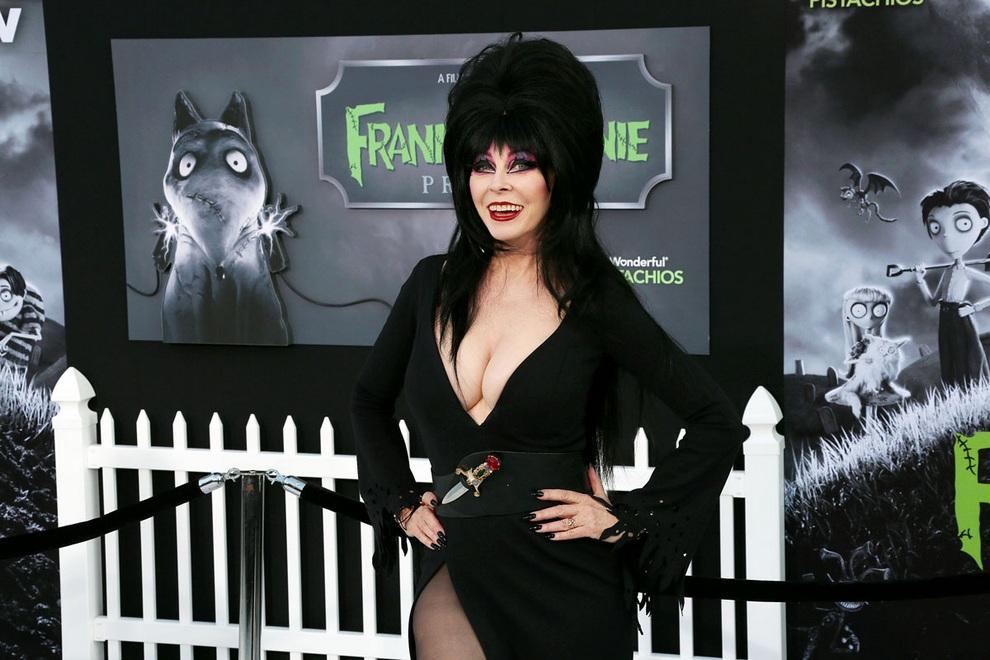 Актриса Кассандра Петерсон (Cassandra Peterson) на премьере мультфильма «Франкенвини» Тима Бёртона в кинодворце «Эль-Капитан», Голливуд, Лос-Анджелес, США. (Frederick M. Brown/Getty Images)