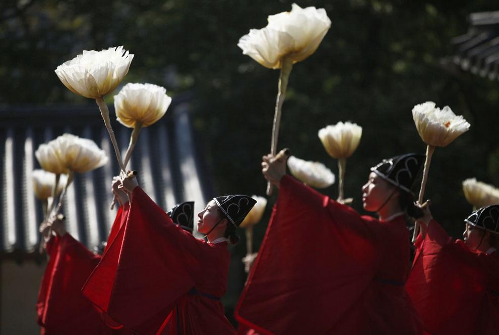 Студенты Университета Сонгюнгван танцуют во время церемонии «Сокчон» в память о великом китайском философе Конфуции, Сеул, Южная Корея. Сонгюнгван — старейший университет страны, корни которого уходят в 1398 год — был возрожден на средства конфуцианцев мира в 1946 году. (REUTERS/Kim Hong-Ji)