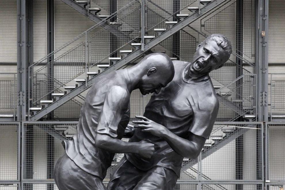 Памятник Зинедину Зидану и Марко Матерацци, Париж, Франция. (MEHDI FEDOUACH/AFP/Getty Images)