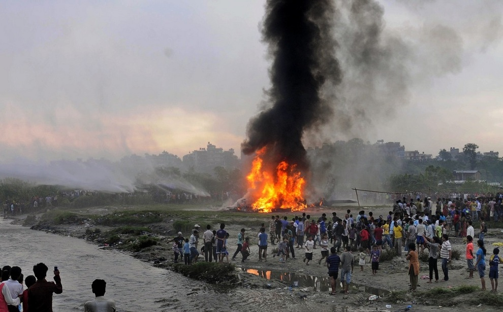 Крушение самолета с туристами близ Катманду, Непал. (AP Photo)